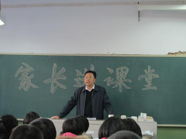 高二年级组织开展家长进课堂活动